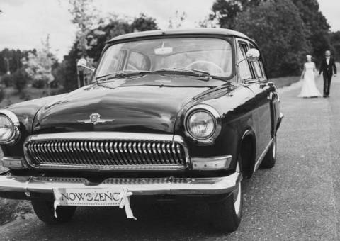 Czarny zabytkowy piękny samochód na ślub.